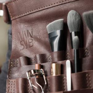 Lelie-M420-kappersschort-close-up-voor-ompressie-en-product.-VANSYB_leren visagie Schort_lookbook-22