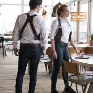 Riga M110 Bruin Impressie-1- VAN-SYB horeca holster restaurant team
